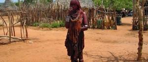Fotografía de una mujer de la tribu Hamer en su poblado en el sur de Etiopía.