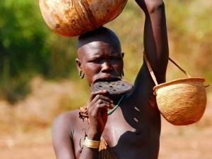 Mujer Mursi transportando agua, para el poblado.