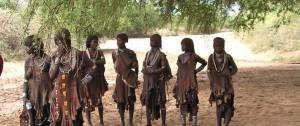Mujeres de la tribu Hamer a las afueras de su poblado en el sur de Etiopía.
