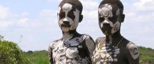 Niños de la tribu Surma en el Sur de etiopía.