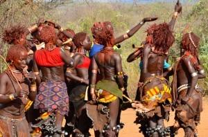 Fotografías de una de las danzas de  unas de las tribus de Etiopía