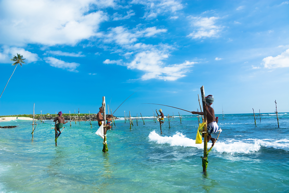 Gente pescando en el mar Sri Lanka