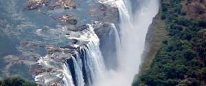 Vista aérea de las impresionantes cataratas Victoria que cruza la frontera de Zambia y Zimbabwe.