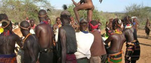Iniciación a la vida adulta, con el ritaul del salto del toro que algunas tribus del sur de Etiopía practican.