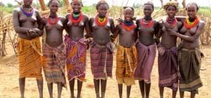 Jovenes mujeres de la tribu Dasanech en el sur de etiopía.