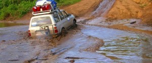 Vehículo 4x4 cruzando uno de los río camino a las montañas de Bale en Etiopía.