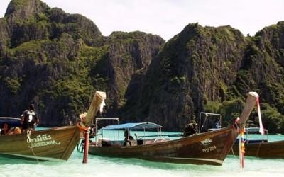 Barca en playa de Tailandia