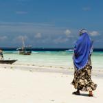Mujer en la playa de Zanzíbar